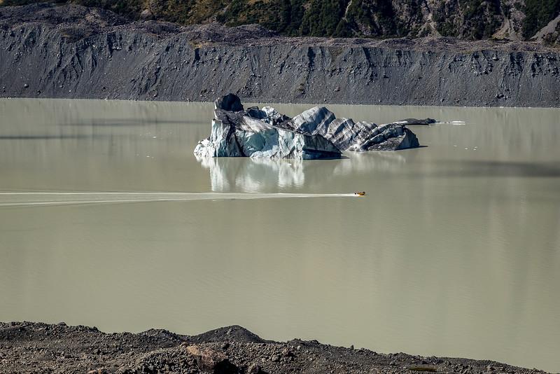«Tasman Glacier»: Blick auf den Gletschersee mit Eisberg und Touristenboot