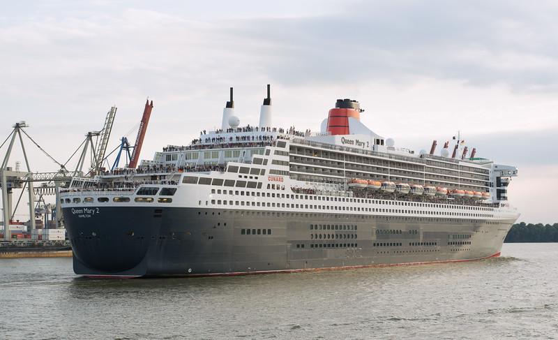 Queen Mary 2 verlässt Hamburg