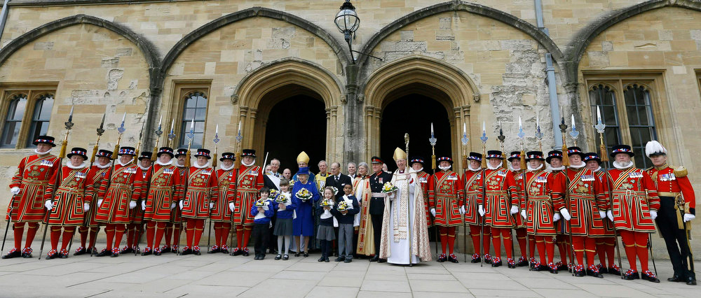 Description of . Britain's Queen Elizabeth and Prince Philip pose for a photograph outside Christ Church Cathedral after the Maundy service in Oxford, southern England March 28, 2013. REUTERS/Kirsty Wigglesworth/Pool