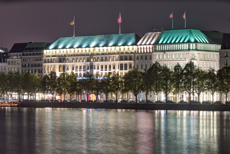 Hamburg Hotel 4 Jahreszeiten bei Nacht an der Binnenalster