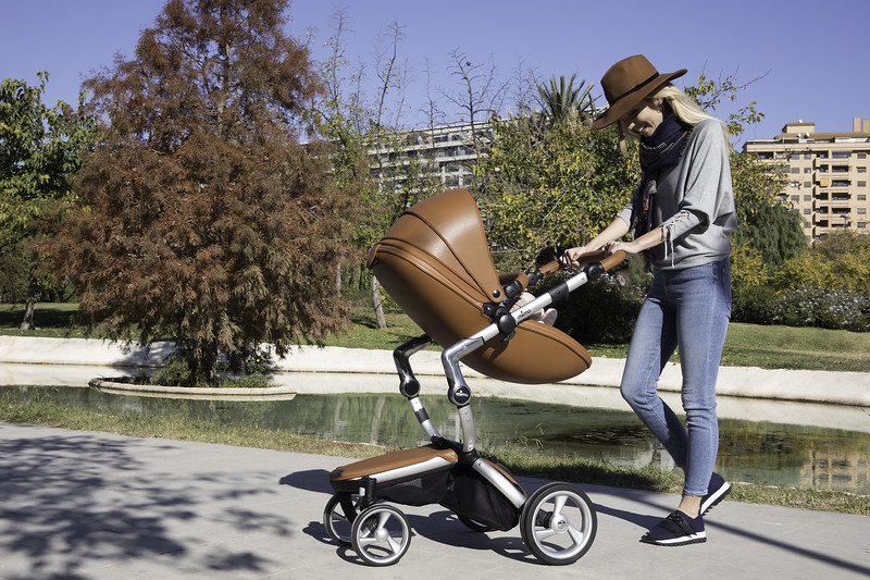 Mima_Xari_Lifestyle_Camel_Aluminium_Chassis_Pod_Parent_Facing_Mum_Looking_At_Baby.jpg