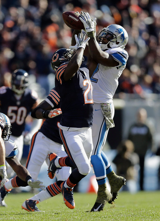 . Detroit Lions wide receiver Jeremy Ross (12) and Chicago Bears safety Major Wright (21) go after a loose ball during the first half of an NFL football game, Sunday, Nov. 10, 2013, in Chicago. (AP Photo/Nam Y. Huh)