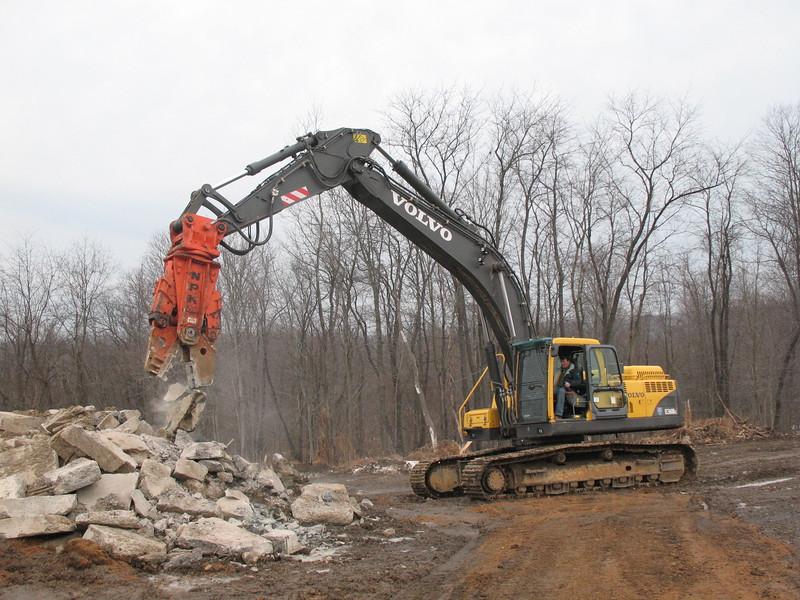 NPK M28G concrete pulverizer on Volvo excavator-concrete recycling (8).JPG