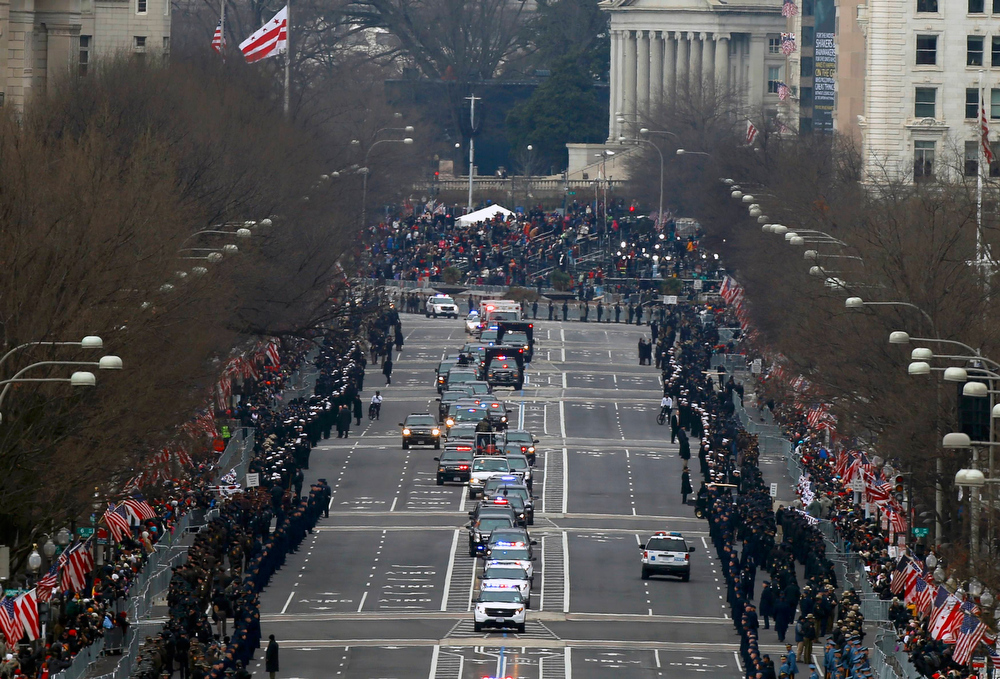 . U.S. President Barack Obama\'s motorcade drives down Pennsylvania Avenue en route to the U.S. Capitol prior to inauguration ceremonies in Washington, January 21, 2013.    REUTERS/Brian Snyder