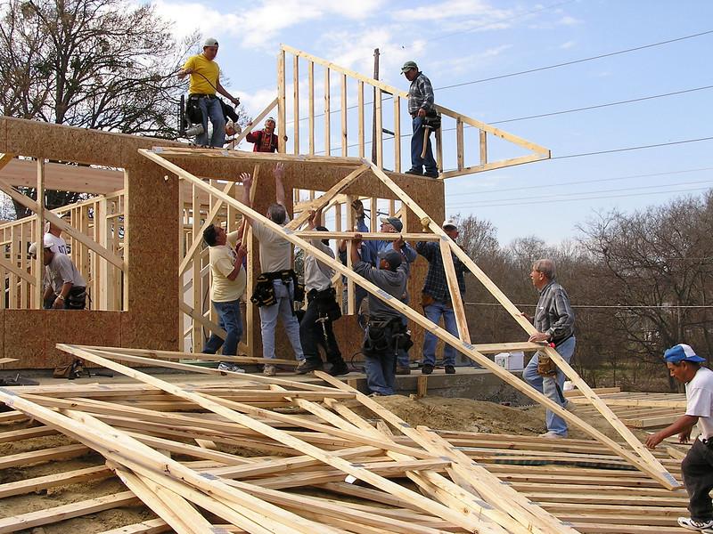 Fourth house goes up 3-4-06 050.jpg