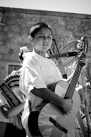 De Colores in Black+White : Conjunto Callejon and Angels on Harps