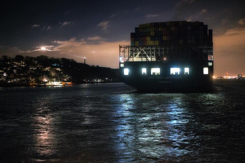 Containerschiff OOCL auf der Elbe bei Hamburg