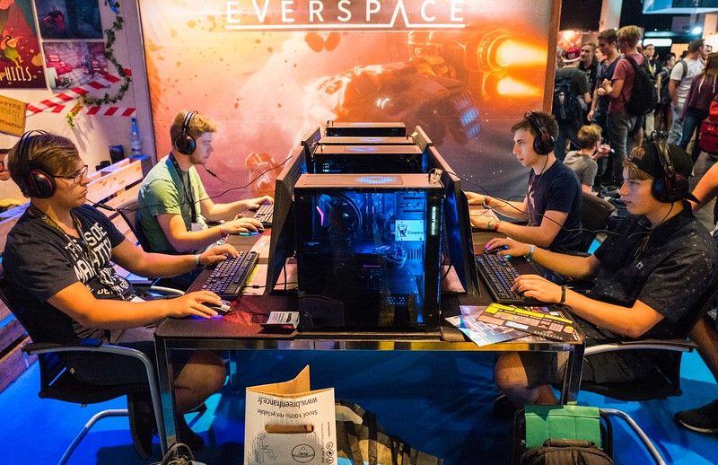 People playing Everspace at Gamescom 2017