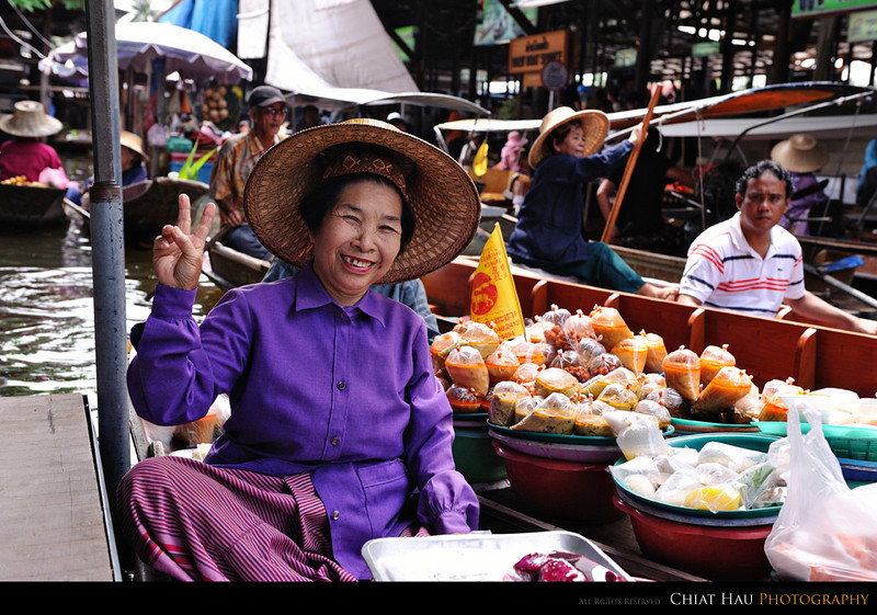 """This auntie sold me the mangoes... Since I am not Thai, he charge me 200batt more for it. (She told me that) :""""P"""