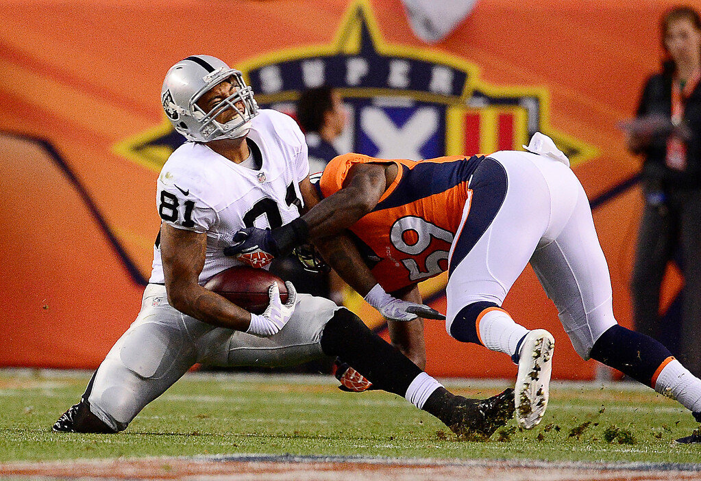 . Denver Broncos linebacker Danny Trevathan (59) makes a tackle on Oakland Raiders tight end Mychal Rivera (81) in the first quarter. (Photo by AAron Ontiveroz/The Denver Post)