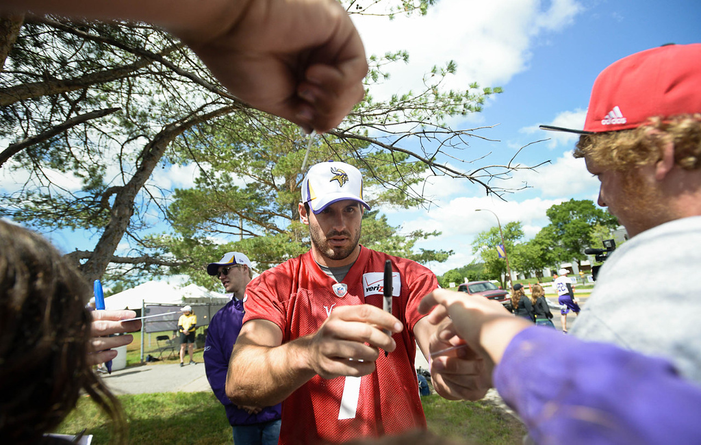 . Minnesota Vikings quarterback Christian Ponder signs autographs. (Pioneer Press: Ben Garvin)