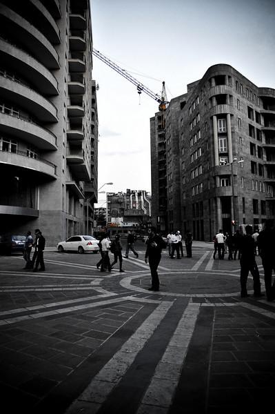 Самая фешенебельная улица Еревана - все дома на ней строятся. План города был составлен лет 50 назад и до сих пор стройка идет по нему.