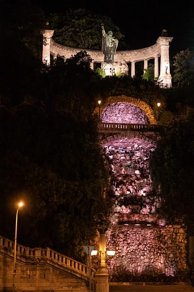 Szt Gellert Statue w grotto & stairs.jpg