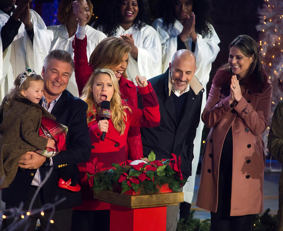 . Carmen Baldwin, from left, Alec Baldwin, Kate McKinnon, Hoda Kotb, Matt Lauer and Savannah Guthrie attend the 84th Annual Rockefeller Center Christmas Tree lighting ceremony on Wednesday, Nov. 30, 2016, in New York. (Photo by Charles Sykes/Invision/AP)