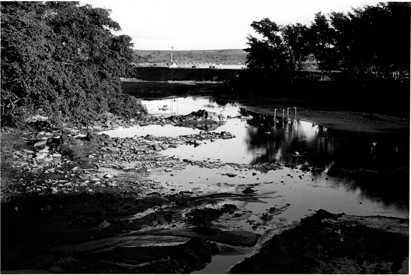 Old Bed of Luembe River at Cataila prior to mining . Diversion Dike and new Bridge in background - março 1963.jpeg