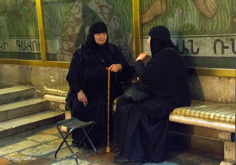 נזירות בכנסיית הקבר.jpg