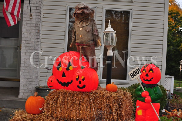 10-26-15 NEWS Halloween Yard Displays