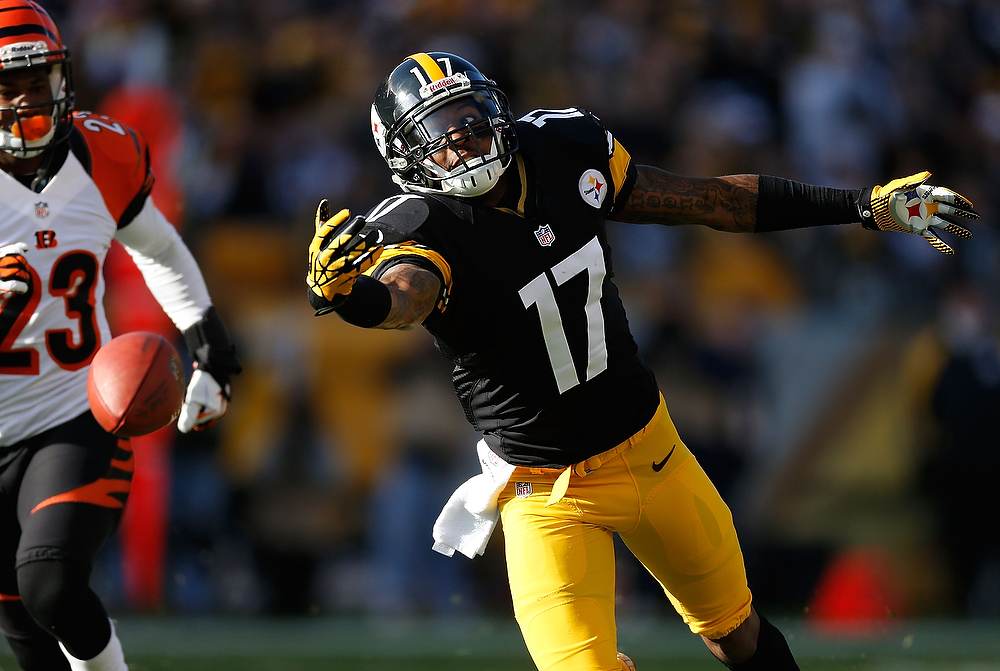 . Mike Wallace #17 of the Pittsburgh Steelers catch make a first quarter catch next to Terence Newman #23 of the Cincinnati Bengals at Heinz Field on December 23, 2012 in Pittsburgh, Pennsylvania. (Photo by Gregory Shamus/Getty Images)