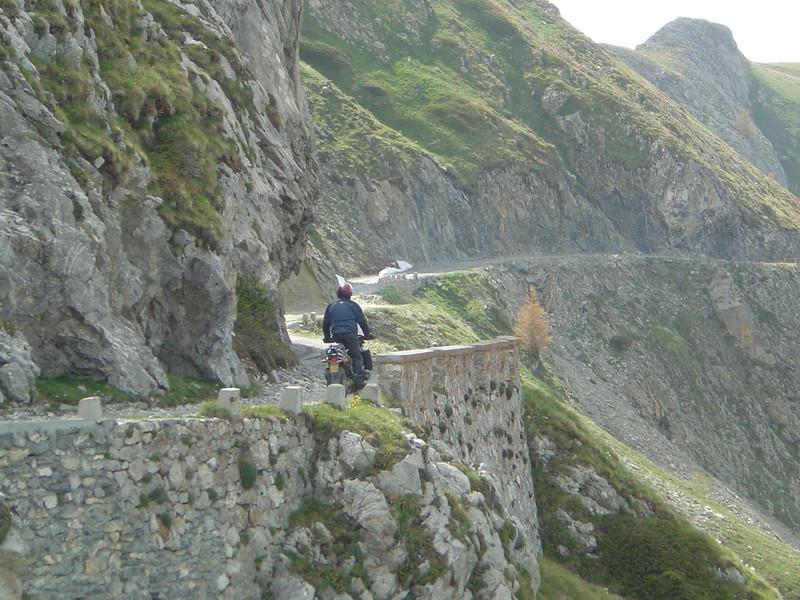 de passage met de overhangende rotsen. Tussen Col des Seigneurs en Cime Colle Vecchie