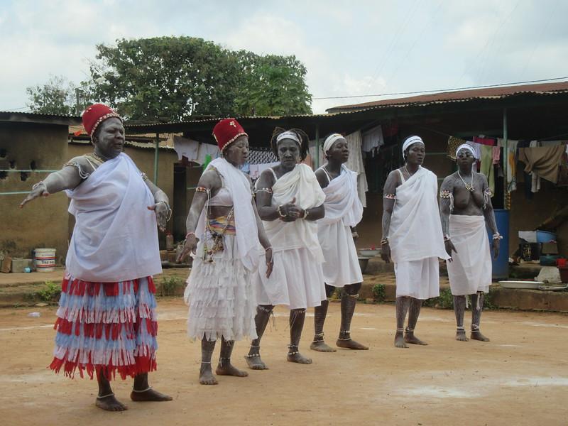 027_Aniassué. L'École des Femmes Fétiches Komians. 13 de 20. Les Danses Komians. Attenidre un état de transe.JPG