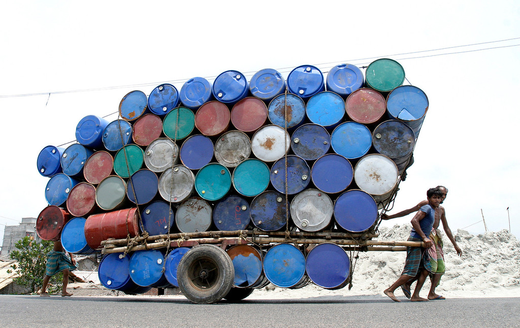 . Bangladeshi laborers pull a cart of used containers to the market in Dhaka April 26, 2007.  REUTERS/Rafiqur Rahman