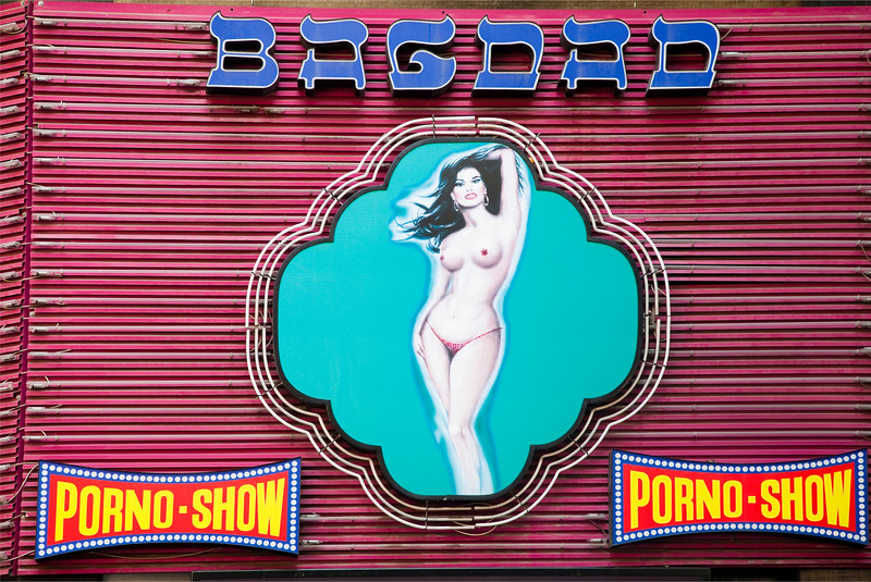 Neón de un establecimiento erótico, Paralelo, Barcelona