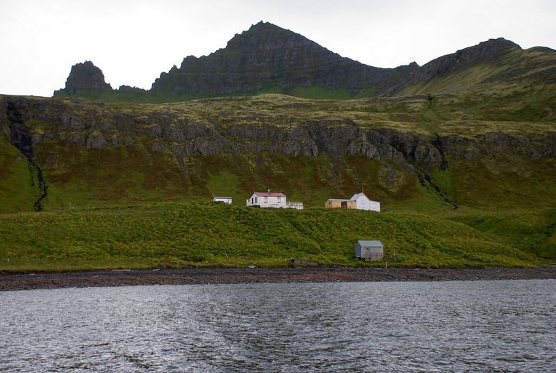 Horft heim að Horni, Stigshús og Frímannshús. Jörfundur og Kálfatindar trjóna yfir