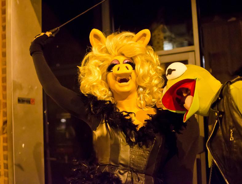 Halloween2012MissPiggyandKermitOnTheStreetDSC_7371.jpg