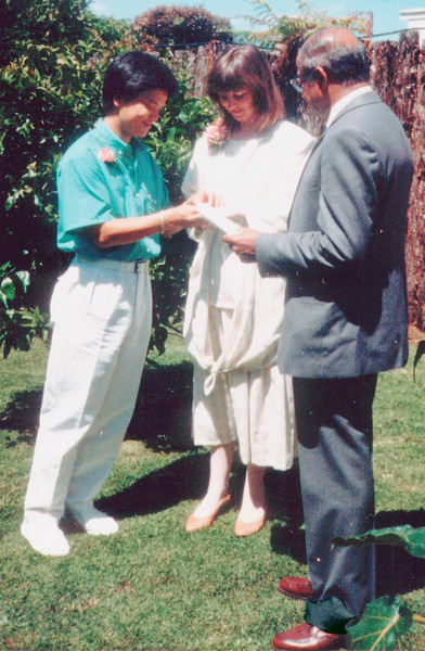 19861129 Tuan and Gill exchanging rings, with Philip Anjaya.jpg