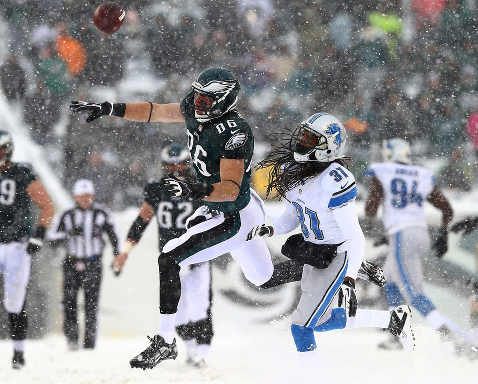 . Zach Ertz #86 of the Philadelphia Eagles is unable to make the catch as Rashean Mathis #31 of the Detroit Lions defends on December 8, 2013 at Lincoln Financial Field in Philadelphia, Pennslyvania.  (Photo by Elsa/Getty Images)