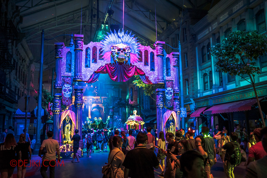 Halloween Horror Nights 6 - March of the Dead scare zone / gate with crowds