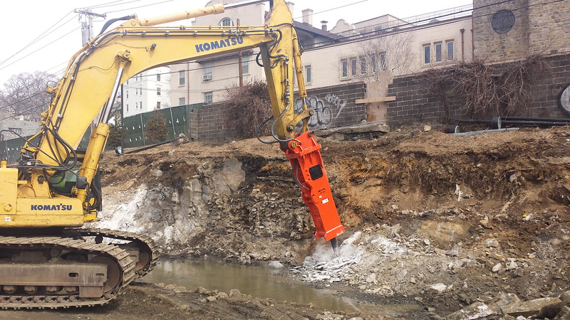 NPK GH40 hydraulic hammer on Komatsu excavator (8).jpg