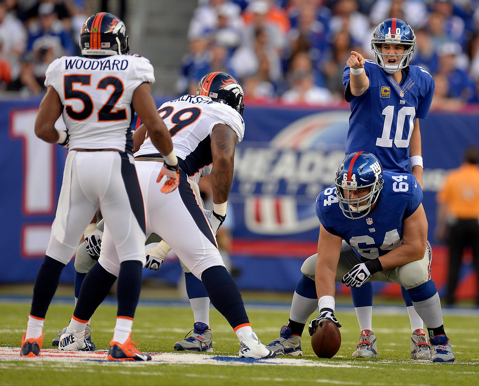 . New York Giants quarterback Eli Manning (10) points out at Denver Broncos outside linebacker Wesley Woodyard (52) during the second quarter September 15, 2013 MetLife Stadium. (Photo by John Leyba/The Denver Post)