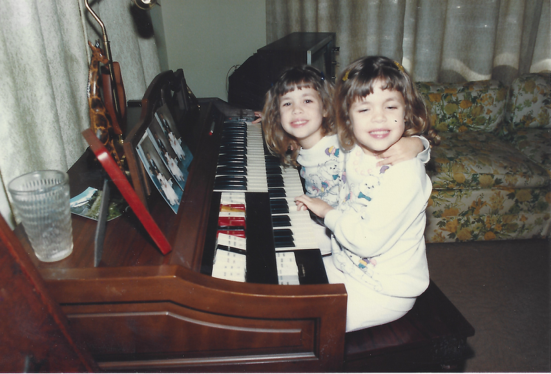 Vanessa and Nicole play organ at Me Ma ma and PP Poppa's ouse .png