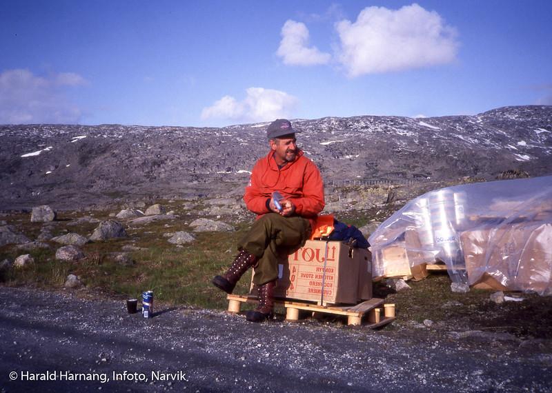 Hyttebygging for Narvik og omegn turistforening å Skjomfjellet. Transport av materiell med helikopter inn til byggeplass. På bildet leder av NOT, Tore Martin Jakobsen.