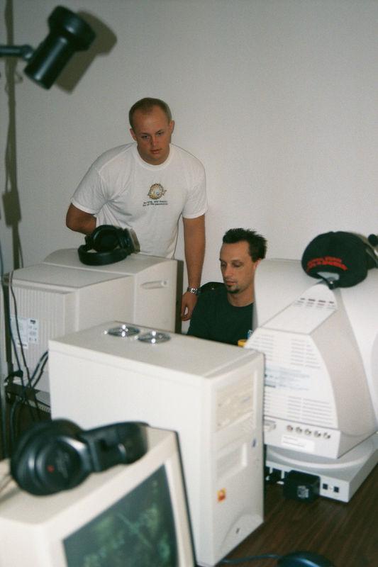 2001 11 - LAN Party at Doug's 02.JPG