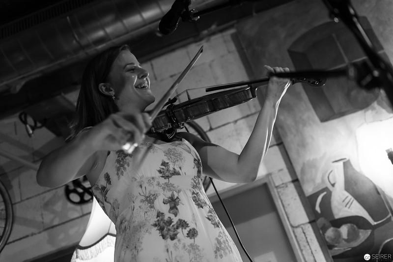Vicky Halor in Concert at Cafe Siebenstern, Support für Shane Ó Fearghail