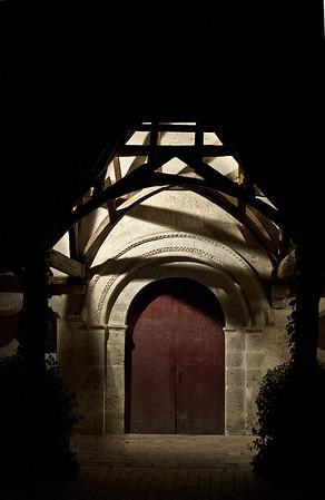 Galerie couverte de l'église de Cheverny de nuit