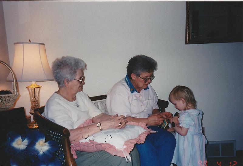 AL1_IMG_0241.AuntTerryGrandmaGressBreanna_Easter_1998.jpg