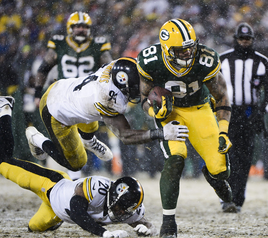 . Pittsburgh Steelers defensive player Lawrence Timmons (L-Top) lunges to tackle Green Bay Packers offensive player Andrew Quarless (R) after Pittsburgh Steelers defensive player Will Allen missed him as snow falls in the second half of their NFL game at Lambeau Field in Green Bay, Wisconsin, USA, 22 December 2013. The Steelers defeated the Packers.  EPA/TANNEN MAURY