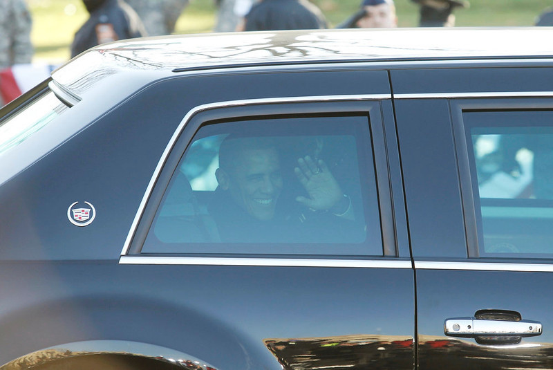 . President Barack Obama waves from his limousine during the beginning of his inaugural parade in Washington January 21, 2013. REUTERS/Gary Cameron