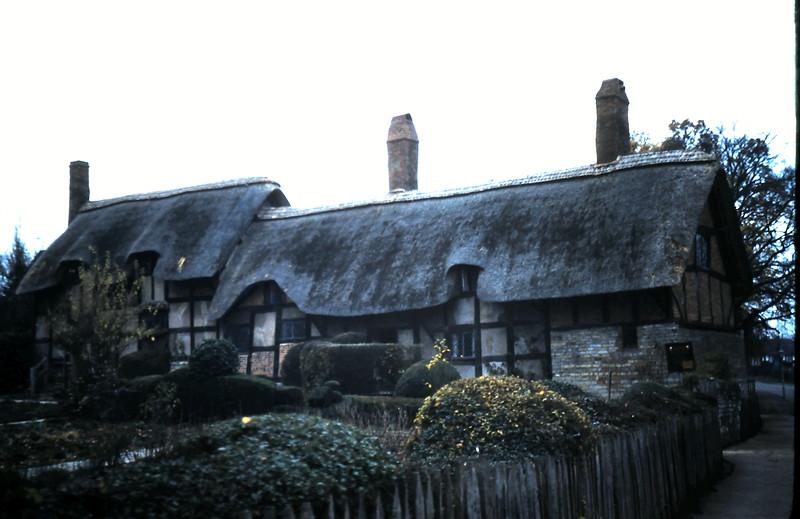 1959-11-21 (31) Anne Hathaways Cottage, Stratford On Avon.JPG