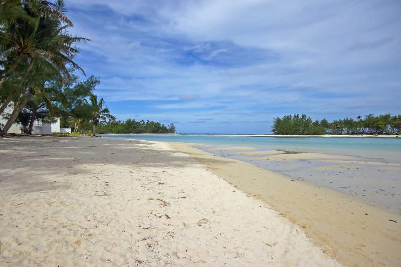 Tree lined Muri Beach lagoon