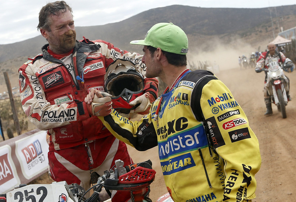 . Chilean Ignacio Casale (R) shakes hands with Polish Rafal Sonik after arriving to the finish line of the last stage of Rally Dakar 2014 at Illapel locality, 150 km from Valparaiso, Chile, 18 January 2014. The rally takes place in Argentina, Bolivia and Chile from 04 to 18 January 2014.  EPA/FELIPE TRUEBA