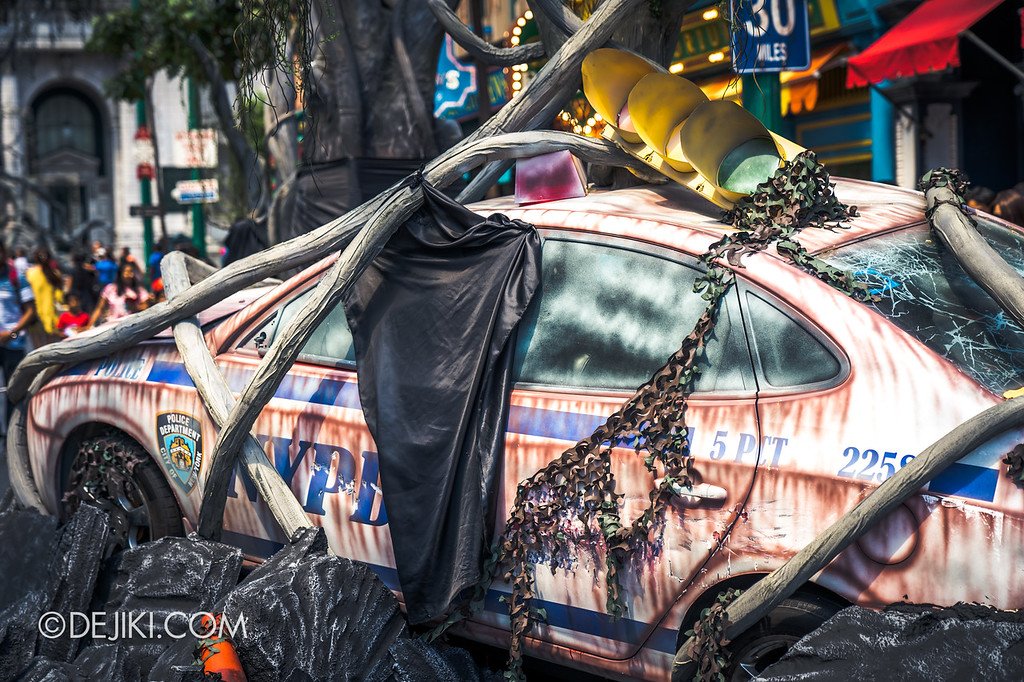 Halloween Horror Nights 8 - Apocalypse Earth NYPD police car prop