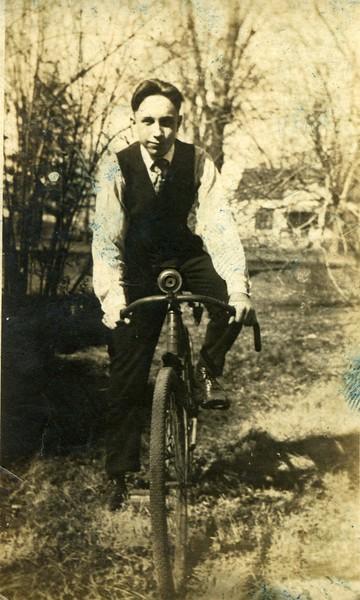 WILLIAM TRAVIS GRINSTEAD SR 1920 OR SO MISSOURI BORN 1905 DAVIDS DAD.jpg