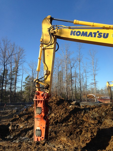 NPK GH10 hydraulic hammer on Komatsu excavator (11).JPG