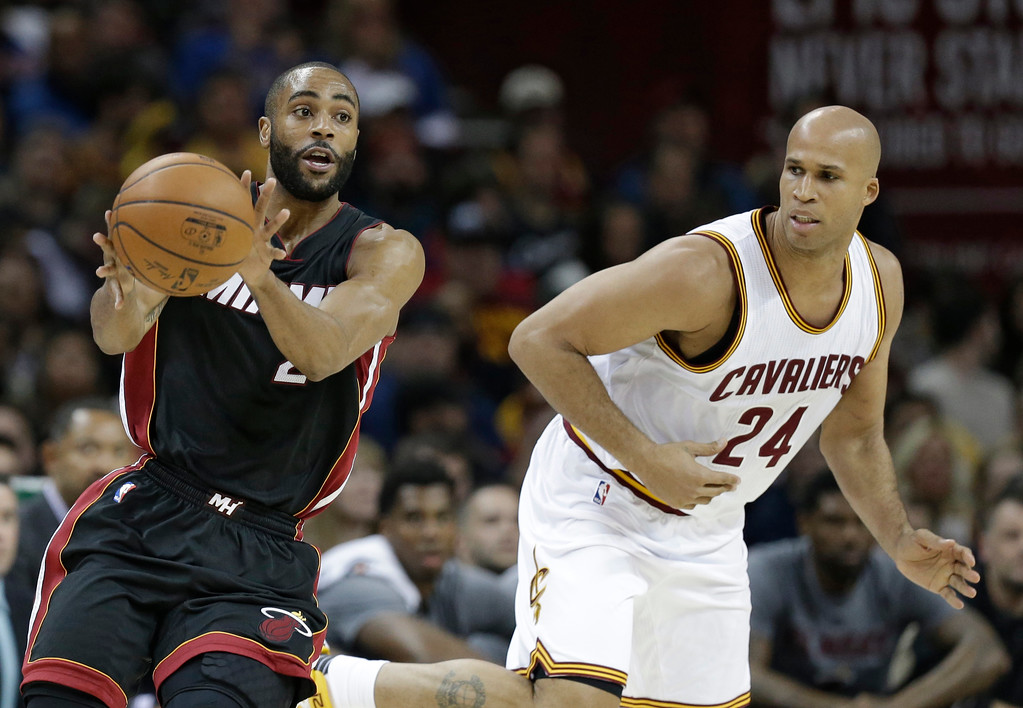 . Miami Heat\'s Wayne Ellington (2) passes against Cleveland Cavaliers\' Richard Jefferson (24) in the first half of an NBA basketball game, Monday, March 6, 2017, in Cleveland. (AP Photo/Tony Dejak)