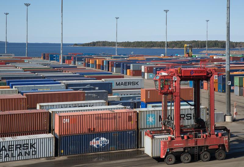 Containerterminal Kotka in Finnland mit Containern und Van Carrier