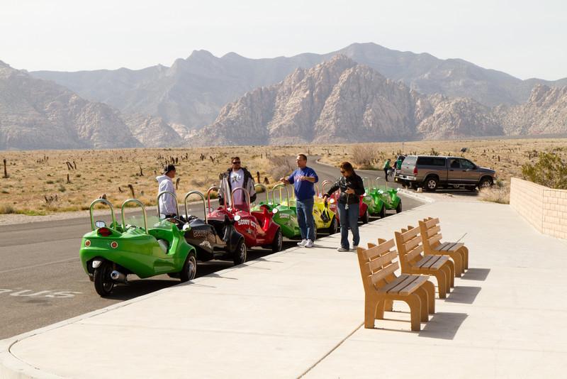 Konvoj turistických motorizovaných tříkolek vypravovaný z LV do Red Rock Canyon.